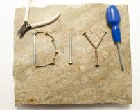 Affichage de BRICOLAGE sur la brame en pierre avec des outils images libres de droits