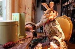 Affichage de caractère animal costumé de lapin dans la fenêtre de magasin photographie stock libre de droits