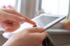 Affichage de contacts de femme de Tablette d'affaires dans la vue de portrait photographie stock libre de droits