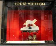Affichage de fenêtre de Louis Vuitton Holidays au magasin de luxe de Fifth Avenue de sacs à Manhattan Photographie stock libre de droits