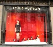 Affichage de fenêtre de Louis Vuitton Holidays au magasin de luxe de Fifth Avenue de sacs à Manhattan Photos stock