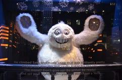 Affichage de fenêtre de vacances de vue de spectateurs chez Saks Fifth Avenue dans NYC le 16 décembre 2013 Image libre de droits