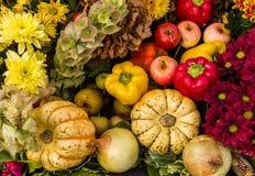 Affichage de fleurs et de légumes de fruit de festival de récolte Photos libres de droits