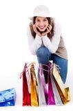Affichage de jeune femme tous ses sacs à provisions Image stock