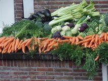 Affichage de légume frais sur une petite rue d'Amsterdam photos libres de droits