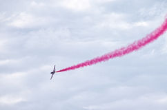 Affichage de l'équipe polonaise Bialo-czerwone Iskry sur Radom Airshow, Pologne photos libres de droits
