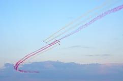 Affichage de l'équipe polonaise Bialo-czerwone Iskry sur Radom Airshow, Pologne photographie stock