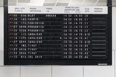Affichage de l'information de vol à l'aéroport Nikola Tesla de Belgrade Photo stock