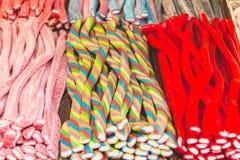 Affichage de la sucrerie de toutes les couleurs dans la rue Photos stock