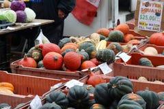 Affichage de marchandises du marché d'agriculteurs Image libre de droits