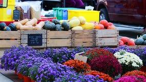 Affichage de marchandises du marché d'agriculteurs images stock