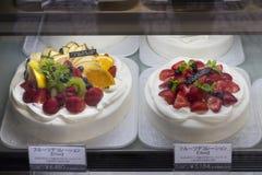 Affichage de pâtisserie de fruit de reproduction devant une boulangerie photographie stock libre de droits