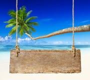 Affichage de plage de paradis avec le conseil en bois Photographie stock libre de droits