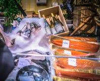 Affichage de poissons et de vin, magasin de Harrods, semaine de Noël, Londres, Angleterre, R-U Photographie stock