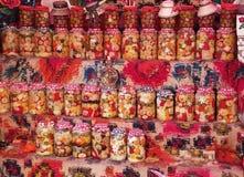 Affichage de pots de conserves au vinaigre décoré des visages heureux Photographie stock