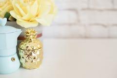 Affichage de produit de mur de briques Les roses jaunes raillent  Photographie courante dénommée Fabricant de café bleu, ananas d Photos libres de droits