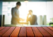 Affichage de produit, l'espace en bois vide de bureau au-dessus du bureau brouillé ou Images stock