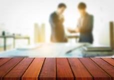 Affichage de produit, l'espace en bois vide de bureau au-dessus du bureau brouillé ou Photographie stock