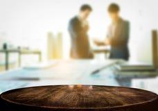 Affichage de produit, l'espace en bois vide de bureau au-dessus du bureau brouillé ou Photographie stock libre de droits