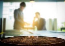 Affichage de produit, l'espace en bois vide de bureau au-dessus du bureau brouillé ou Image libre de droits