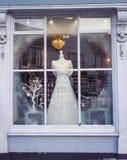 Affichage de robe de mariage d'hiver Images stock