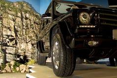 Mercedes moderne SUV dans l'installation de salle Images libres de droits