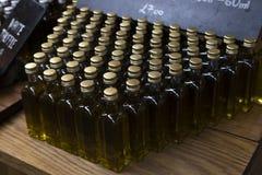 Affichage des bouteilles d'huile d'olive Photos libres de droits