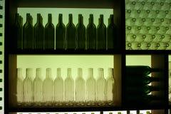 Affichage des bouteilles vertes et blanches Photographie stock