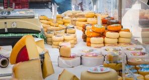 Affichage des fromages portugais sur un marché municipal extérieur photographie stock