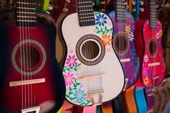 Affichage des guitares faites mexicaines fleuries et petites Image stock