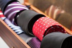 Affichage des liens de l'homme dans une boutique Image stock