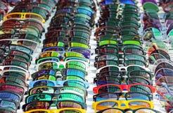 Affichage des lunettes de soleil beaucoup de lunettes de soleil Photographie stock