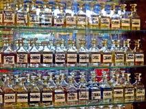 affichage des parfums, bouteilles en verre, Karachi photographie stock libre de droits