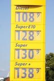 Affichage des prix à une station-service Images libres de droits
