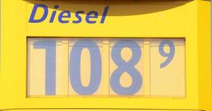 Affichage des prix à une station-service Photo stock