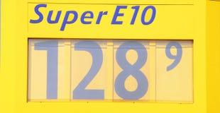 Affichage des prix à une station-service Photographie stock