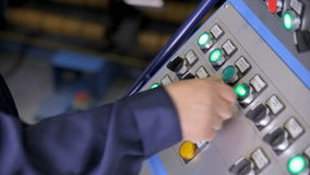 Affichage industriel, panneau de commande Le travailleur remet opérer avec le panneau de commande de l'équipement industriel mode banque de vidéos