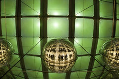 Affichage léger, laser coloré, murs de miroir, et boule de miroir, fond abstrait Image stock