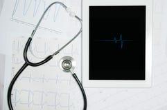 Affichage médical de stéthoscope et de comprimé avec le diagramme de cardiogramme Image stock