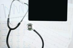 Affichage médical de stéthoscope et de comprimé avec le diagramme de cardiogramme Photos stock