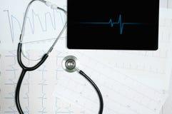 Affichage médical de stéthoscope et de comprimé avec le diagramme de cardiogramme Images stock
