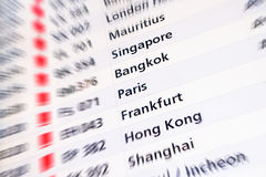 Affichage numérique à l'aéroport international avec les connexions légères Photos stock