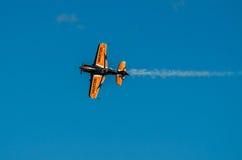 Affichage plat acrobatique aérien pendant le salon de l'aéronautique 2013 Image libre de droits