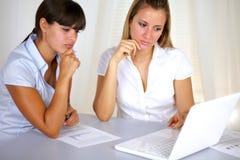 Affichage r3fléchissant ou songeur de femmes d'affaires image stock