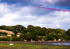 Affichage rouge de flèches au-dessus de Falmouth dans les Cornouailles Images stock