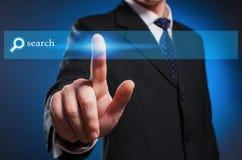 Affichage virtuel de multimédia Un homme dans un costume et un lien clique sur photos libres de droits