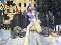 Affichages de fenêtre de vacances chez Saks Fifth Avenue à New York Image stock