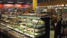 Affichages de nourriture fraîche sur un marché (5 de 6) banque de vidéos