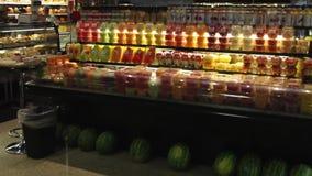 Affichages de nourriture fraîche sur un marché (6 de 6) banque de vidéos