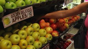 Affichages de nourriture fraîche sur un marché (2 de 6) clips vidéos
